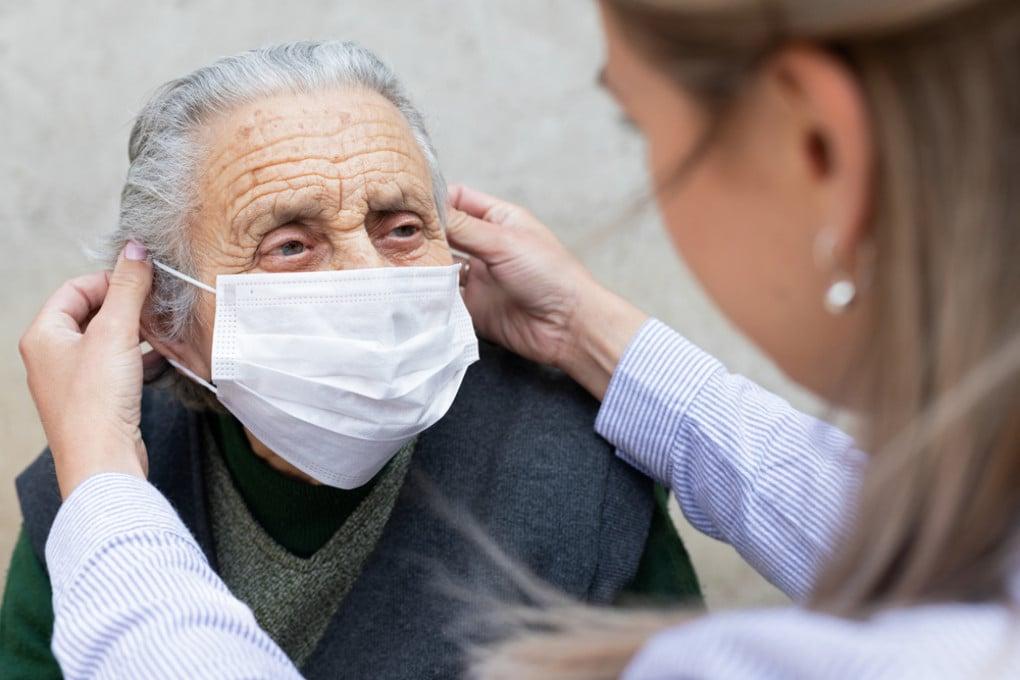 Un'ospite di una casa di riposo indossa la mascherina anti-covid.