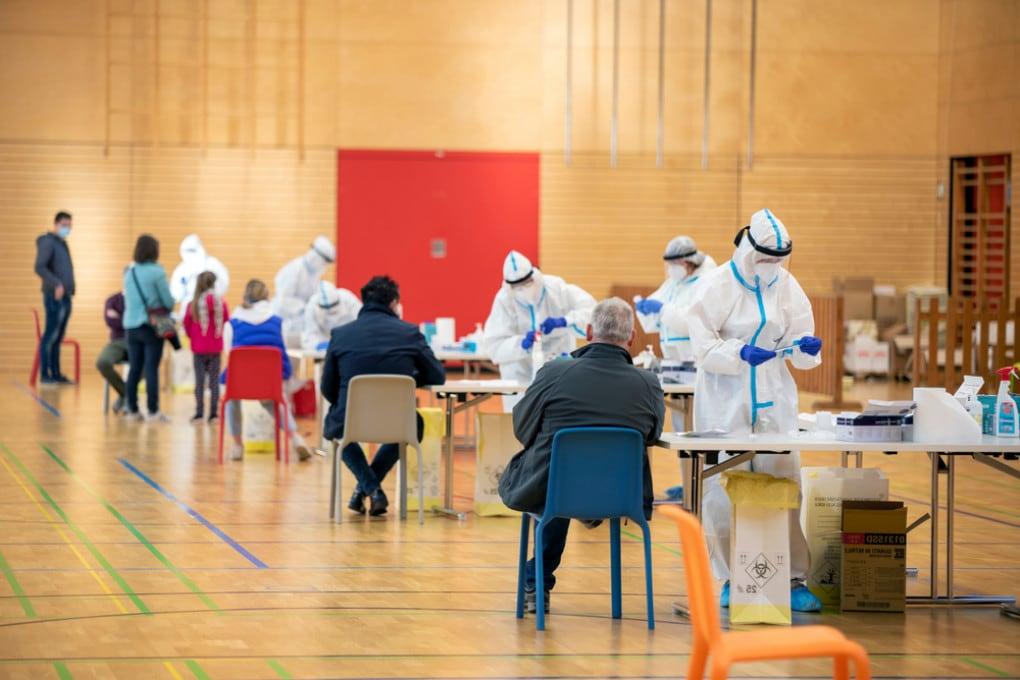 Vaccini: iniziando con gli over 60 si salvano più vite