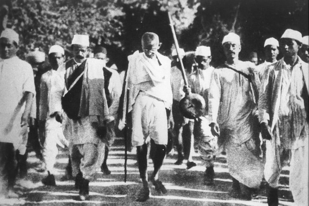 Gandhi durante la marcia del sale (marzo 1930).