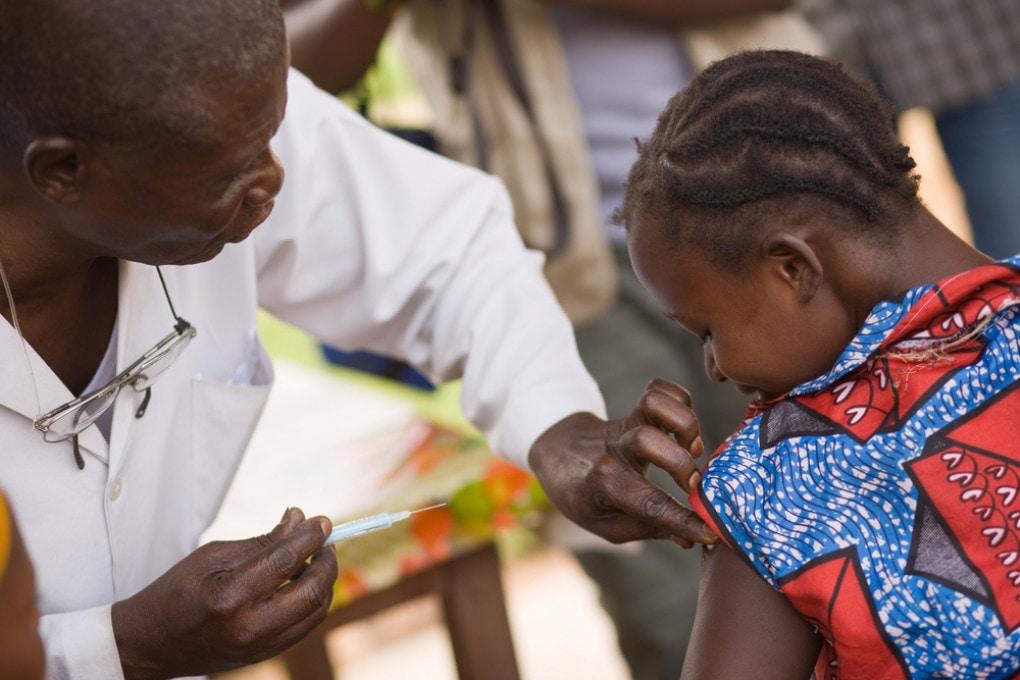 Il vaccino per i bambini nei Paesi poveri è una necessità.