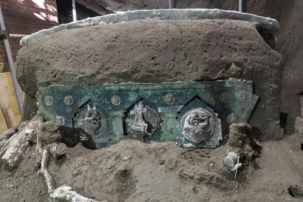 Le decorazioni in bronzo e stagno sul retro del carro rinvenuto a Pompei.