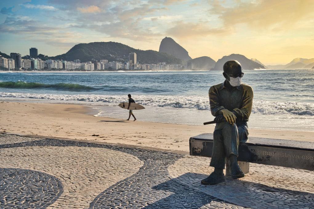 La statua del poeta brasiliano Carlos Drummond de Andrade con la mascherina, a Rio de Janeiro.