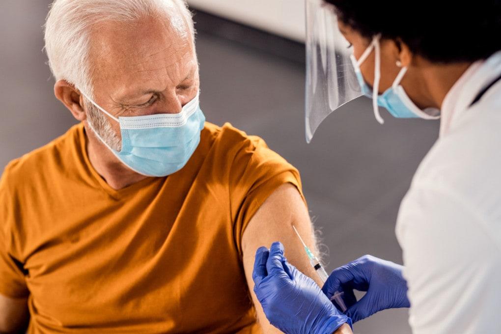La scarsità di dosi dei vaccini disponibili impone una riflessione sull'utilizzo delle dosi che abbiamo.