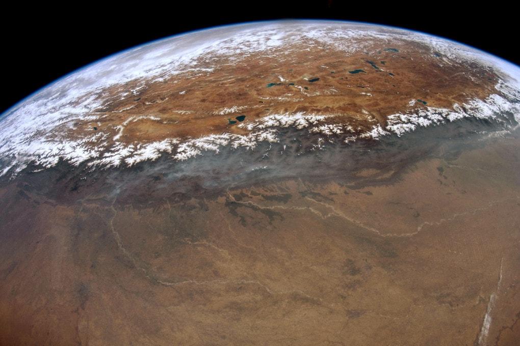La catena dell'Himalaya, l'altopiano tibetano e la Pianura indo-gangetica fotografati dalla Stazione Spaziale Internazionale.