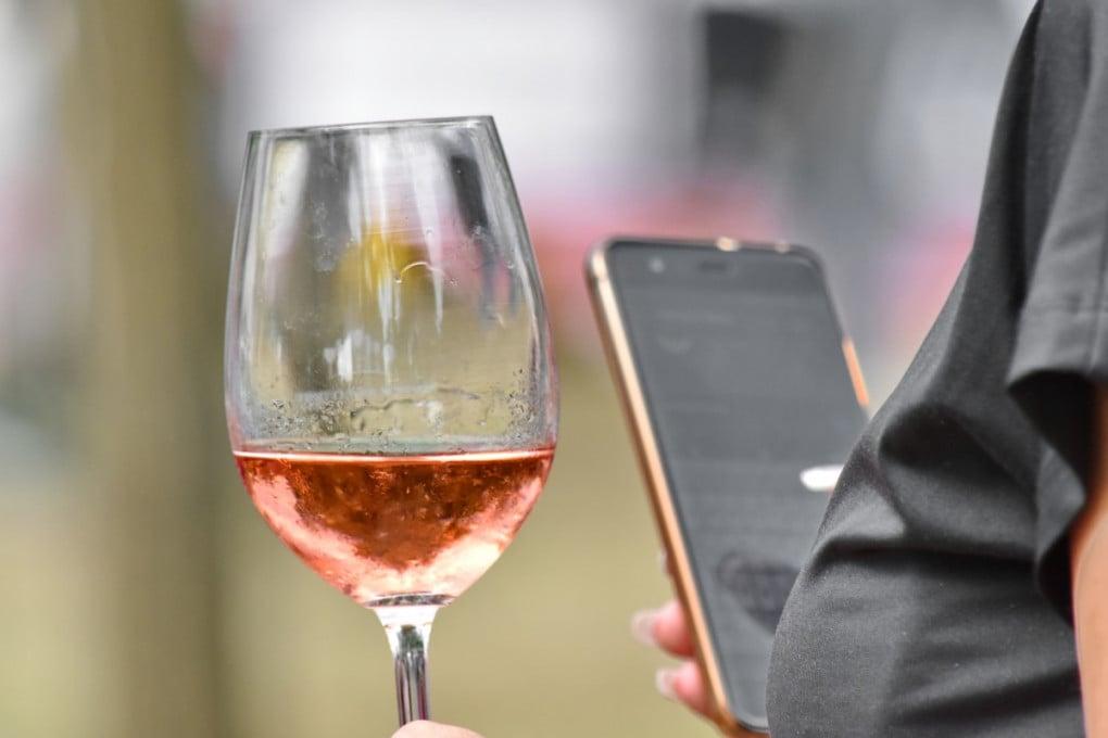 Bere un bicchiere di troppo con il cellulare vicino è pericoloso