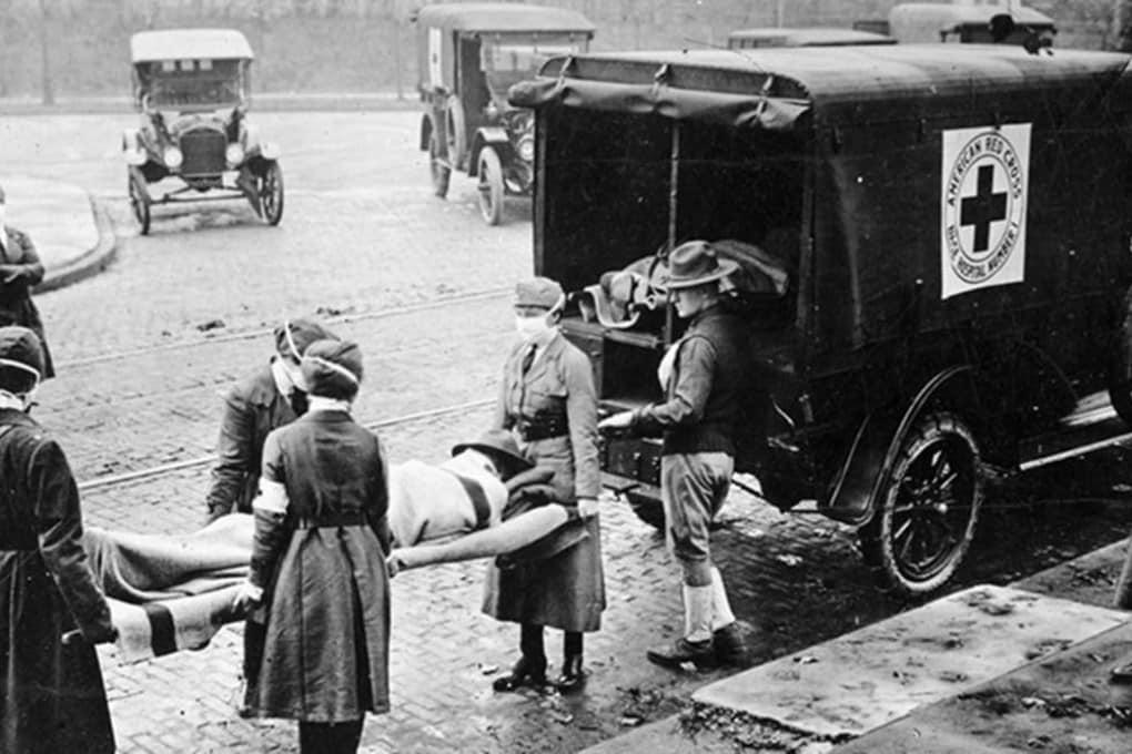 1918, Saint Louis (USA): vittime dell'influenza spagnola portate via dal personale della Croce Rossa.