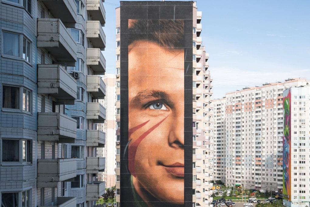 Il volto di Jurij Gagarin, disegnato dall'artista Jorit sulla facciata di un palazzo a Odincovo, in Russia.