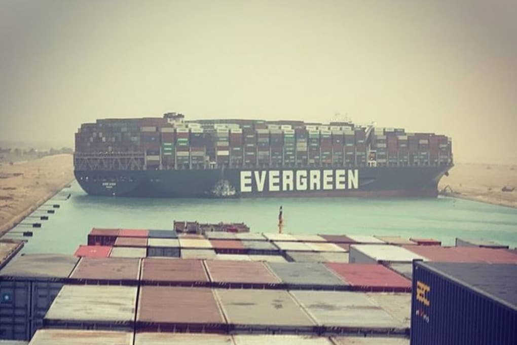 La Ever Given, la gigantesca portacontainer della società armatrice Evergreen, incagliata di traverso nel canale di Suez.