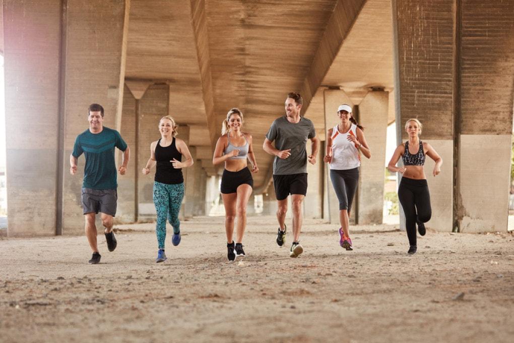 Gruppo di giovani che corre