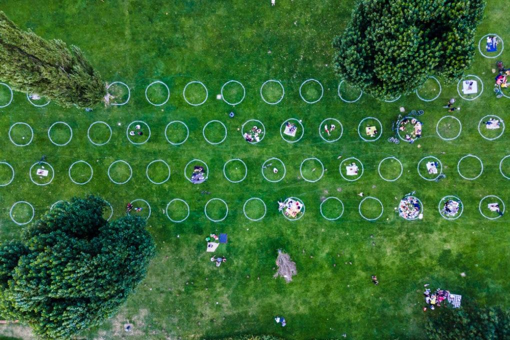 Distanziamento sociale nei parchi: un'immagine simbolo della pandemia di covid per i libri di storia.