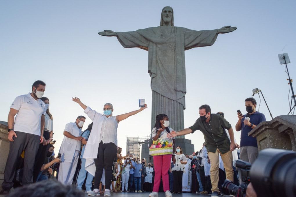 Covid: i primi vaccinati in posa per una foto a Rio de Janeiro.