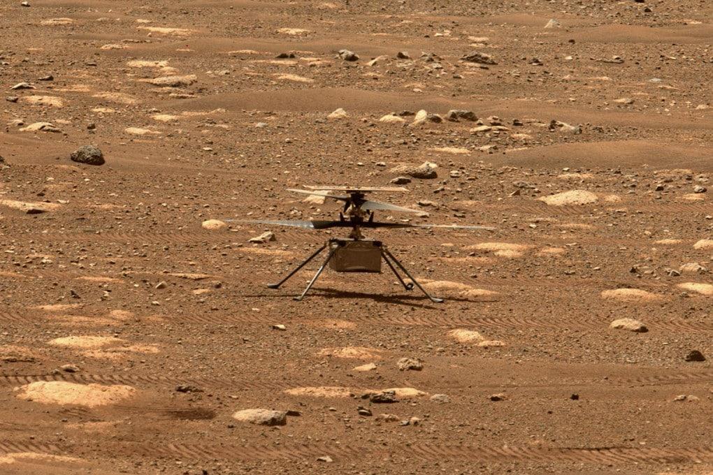 L'elicottero marziano Ingenuity con i rotori dispiegati, fotografato il 7 aprile 2021 (47esimo Sol) dal rover Perseverance.