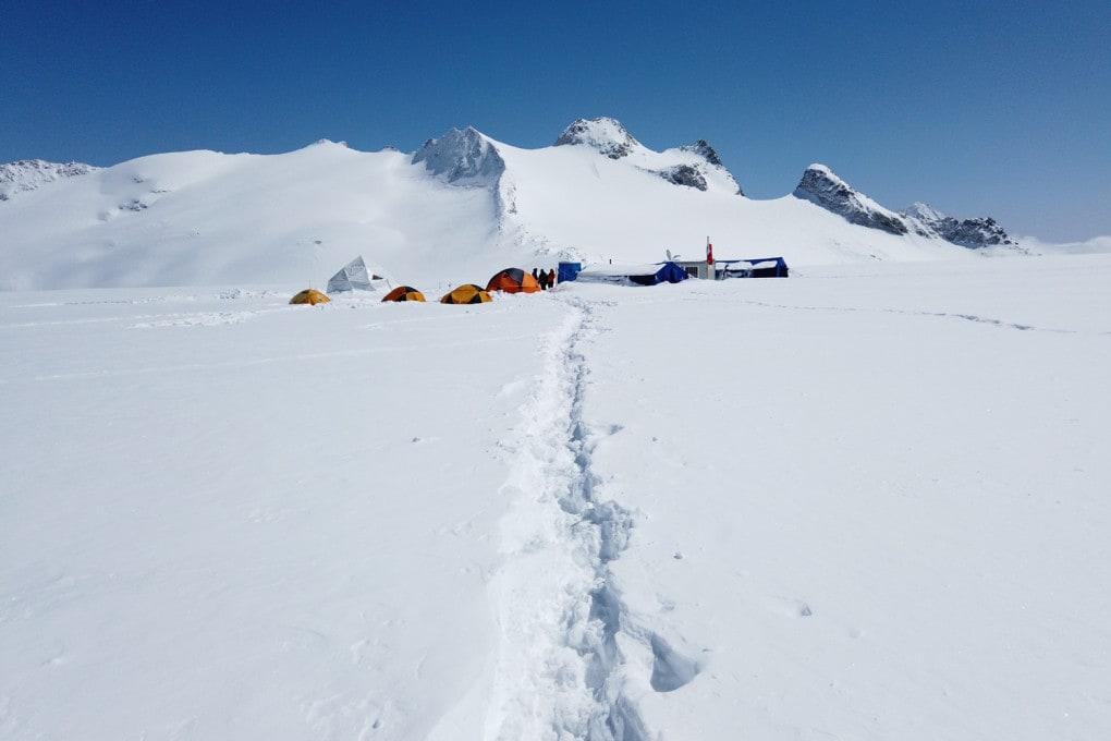 Il campo base della missione scientifica ADA270 sul ghiacciaio del Mandrone, sull'Adamello (Alpi Retiche, prov. di Brescia).