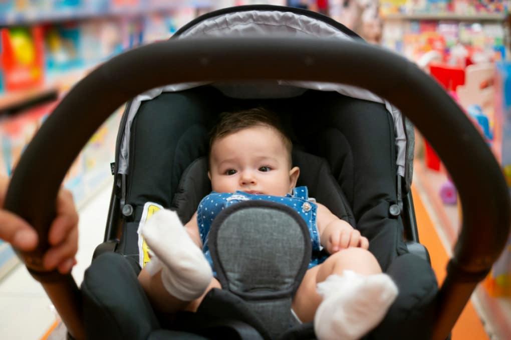 Un neonato sulla carrozzina.