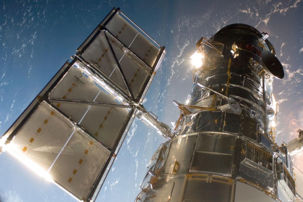 L'Hubble Space Telescope fotografato dall'equipaggio dello Shuttle Atlantis il 13 maggio 2009, durante una missione di manutenzione del telescopio.
