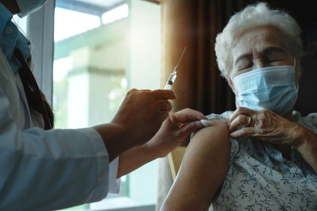 Il potenziale salvavita dei vaccini emerge ancora di più in contesti con elevata concentrazione di soggetti fragili.