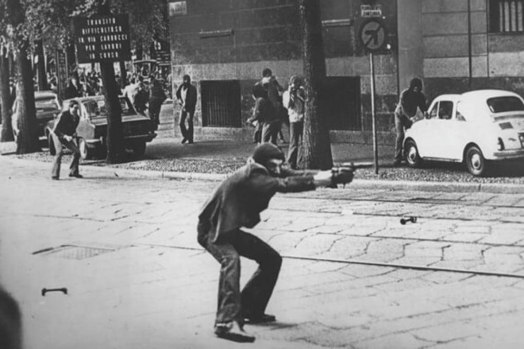 Giuseppe Memeo, militante di estrema sinistra, con la pistola in pugno durante una manifestazione di protesta in via De Amicis a Milano (1977). La foto, scattata da Paolo Pedrizzetti, è diventata uno dei simboli degli Anni di piombo.