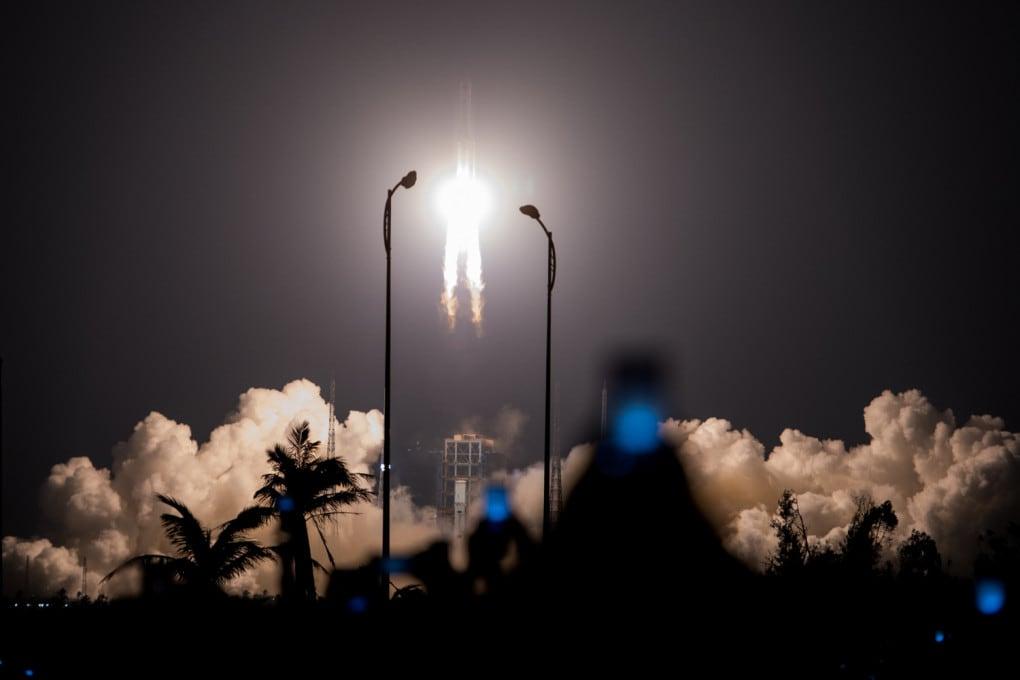 Un razzo Lunga Marcia 5 in partenza dallo spazioporto cinese sull'isola di Hainan.