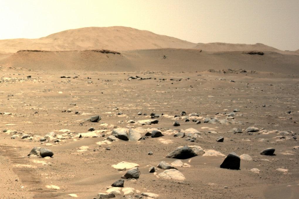 L'immagine scattata dalla coppia di fotocamere Mastcam-Z di Perseverance ritrae Ingenuity (sullo sfondo) al suo quinto volo su Marte.