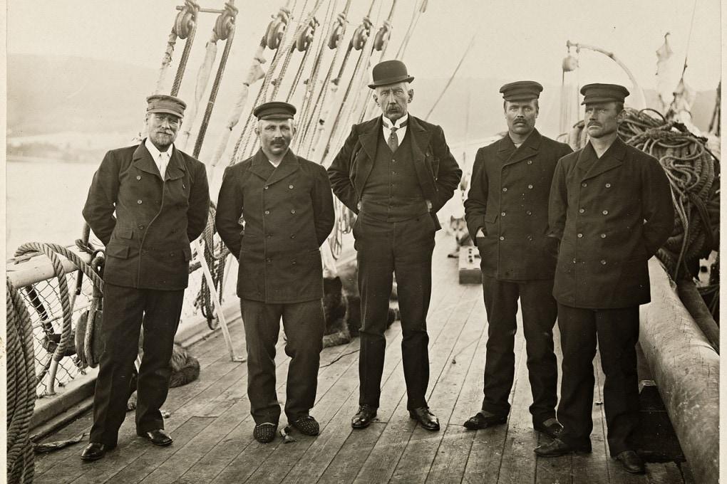 Al centro Roald Amundsen, affiancato dai membri dell'equipaggio della nave Fram, nel 1912.
