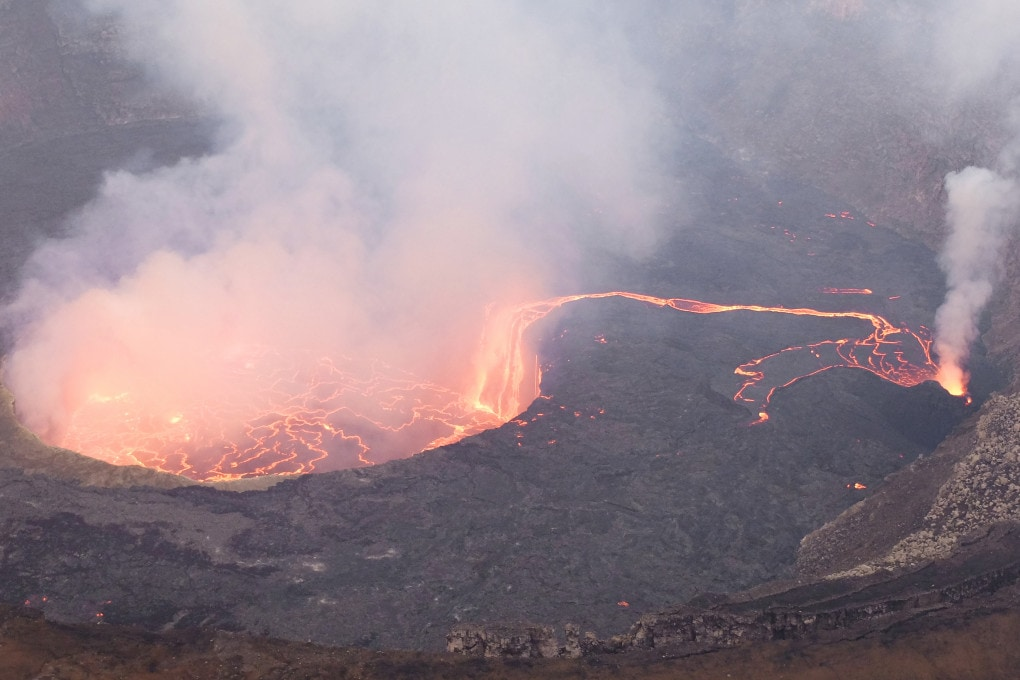 Foto d'archivio: aprile 2016, un fiume di lava estremamente fluida diventa una cascata che alimenta il lago sottostante una delle bocche del vulcano Nyiragongo (vedi l'immagine intera).