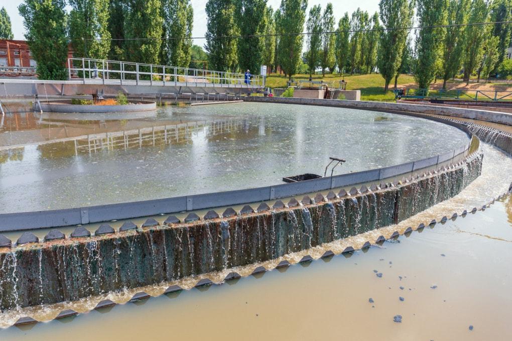 Le vasche di decantazione di un impianto di trattamento di acque reflue (di scarico).