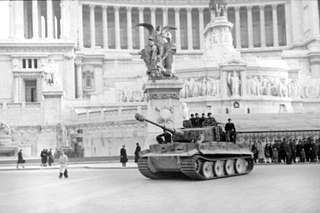 Un carro pesante tedesco Panzer VI Tiger I di fronte al Vittoriano al centro di Roma nel febbraio 1944.