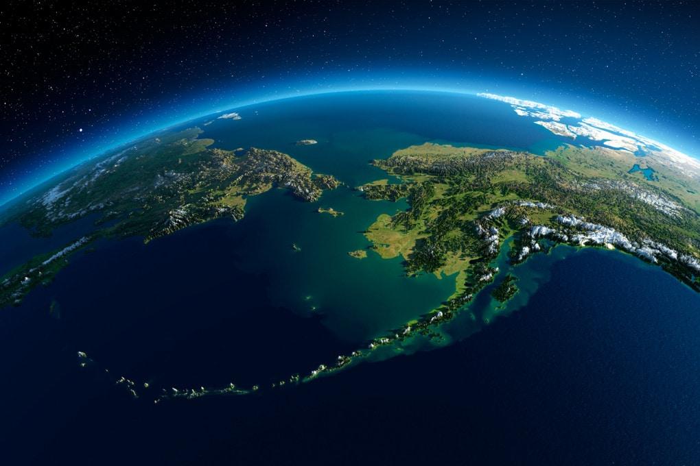 La Siberia (a sinistra) e l'Alaska (a destra); in alto il Mare Glaciale Artico, in basso il Mare di Bering: i primi umani ad arrivare in nord America sono passati di qui e hanno proseguito verso sud discendendo il Pacifico? Quando è successo, 13.000 oppure 30.000 anni fa?