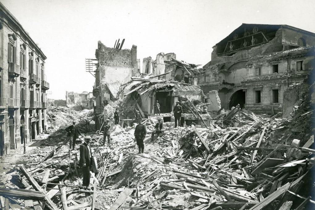 Un'immagine della devastazione seguita al terremoto e allo tsunami che colpirono Messina, la mattina del 28 dicembre 1908.