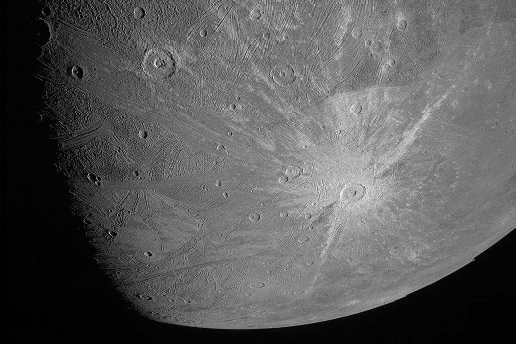 Ganimede: una porzione della prima foto inviata a Terra dalla sonda Juno durante il fly-by della luna di Giove, il 7 giugno 2021. L'immagine intera è più in basso in questa pagina.