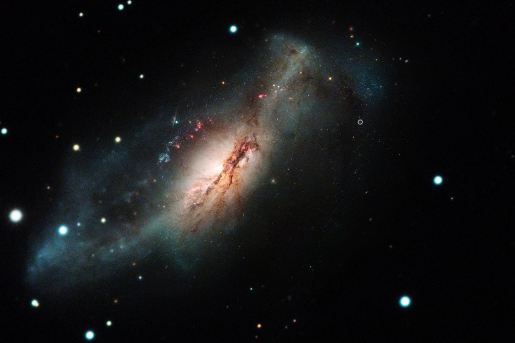 La supernova 2018zd, un alone luminoso all'esterno della galassia  NGC2146, in un'immagine composita ottenuta con il telescopio Hubble, il Las Cumbres Observatory e altri strumenti.