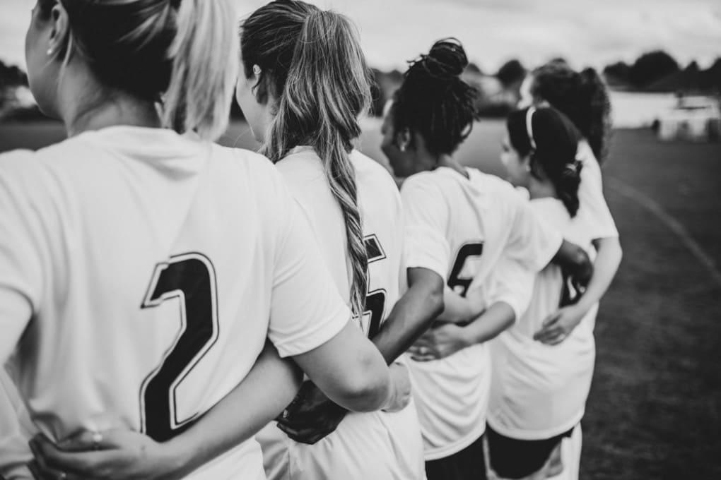 Il calcio femminile arrivò tardi in Italia, solo dopo la fine del regime fascista.