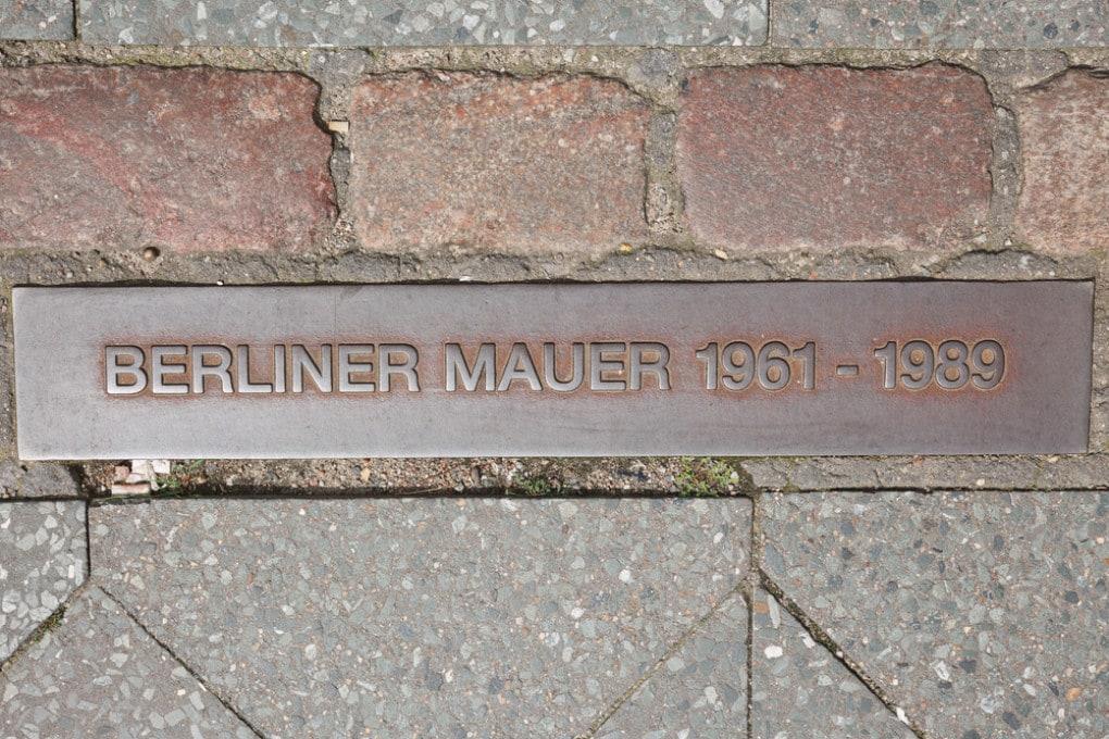Una targa commemorativa del muro di Berlino, che divise la città e per 28 anni, dal 1961 al 1989.
