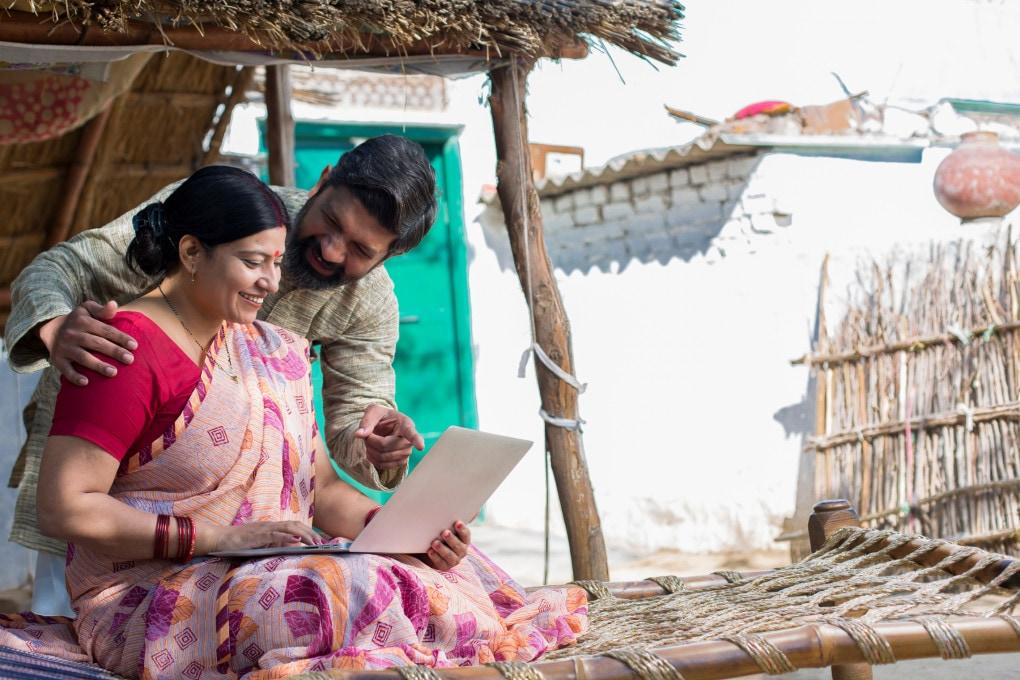 Coppia indiana usa il notebook