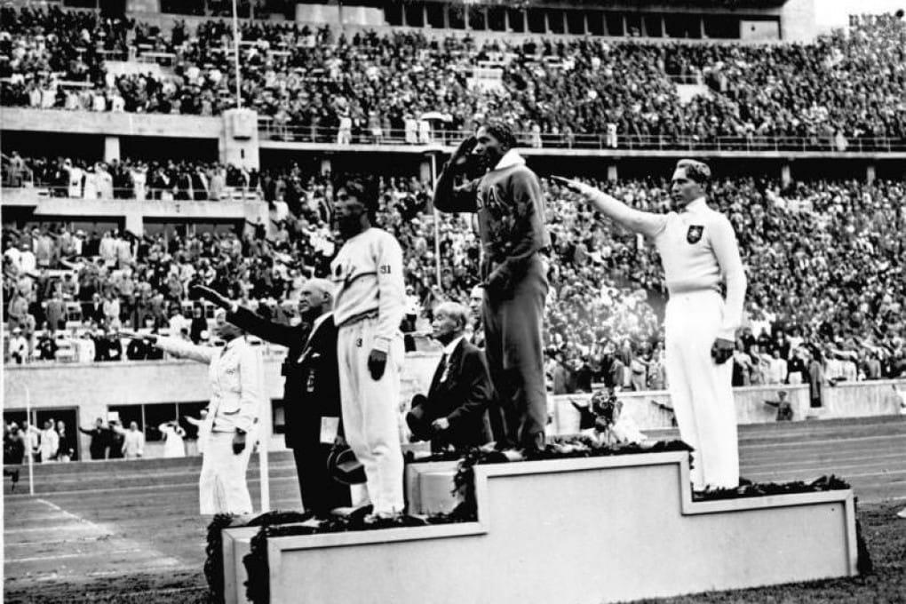 Giochi Olimpici 1936 a Berlino, premiazione nel salto in lungo: Middle Owens (USA) medaglia d'oro.