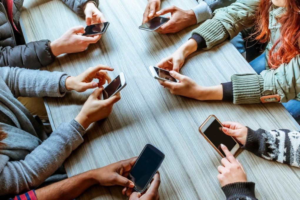 Gruppo di amici con il cellulare