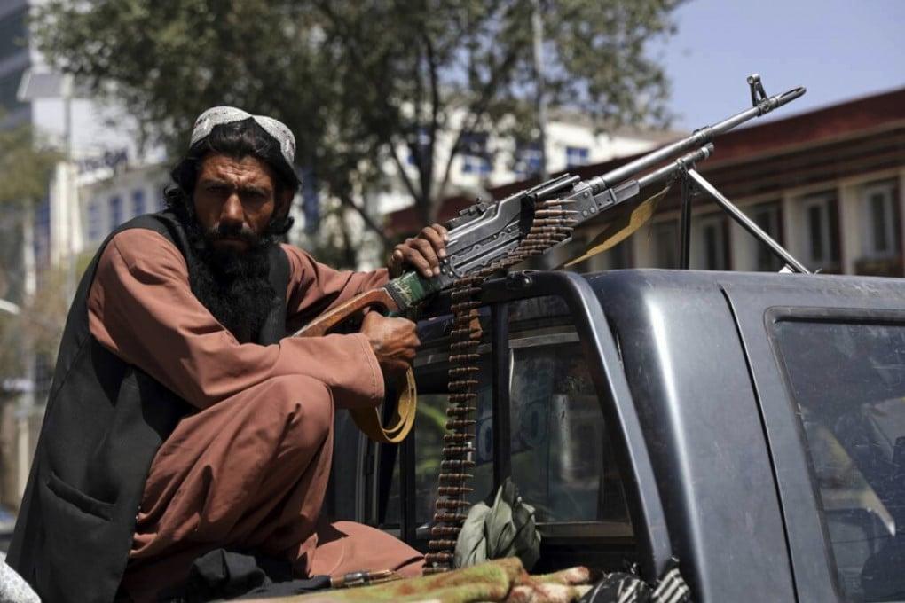 Un talebano in una strada di Kabul (Afghanistan) nell'agosto del 2021