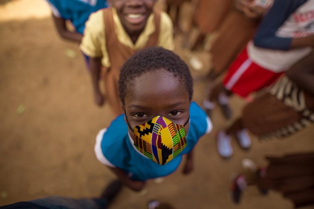 Bambino africano con mascherina