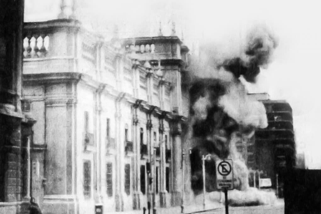 Il bombardamento del Palazzo presidenziale durante il colpo di Stato in Cile, l'11 settembre 1973.
