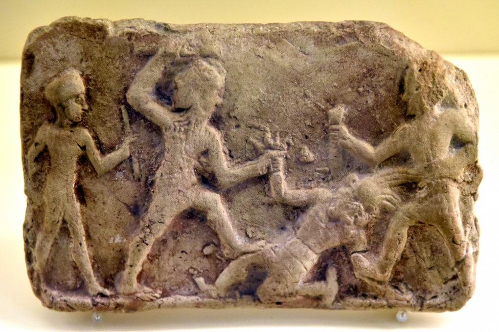 Gilgamesh ed Enkidu uccidono Humbaba nella Foresta dei Cedri. Reperto del XIX secolo a.C. trovato in Iraq e oggi esposto al Vorderasiatisches Museum di Berlino.