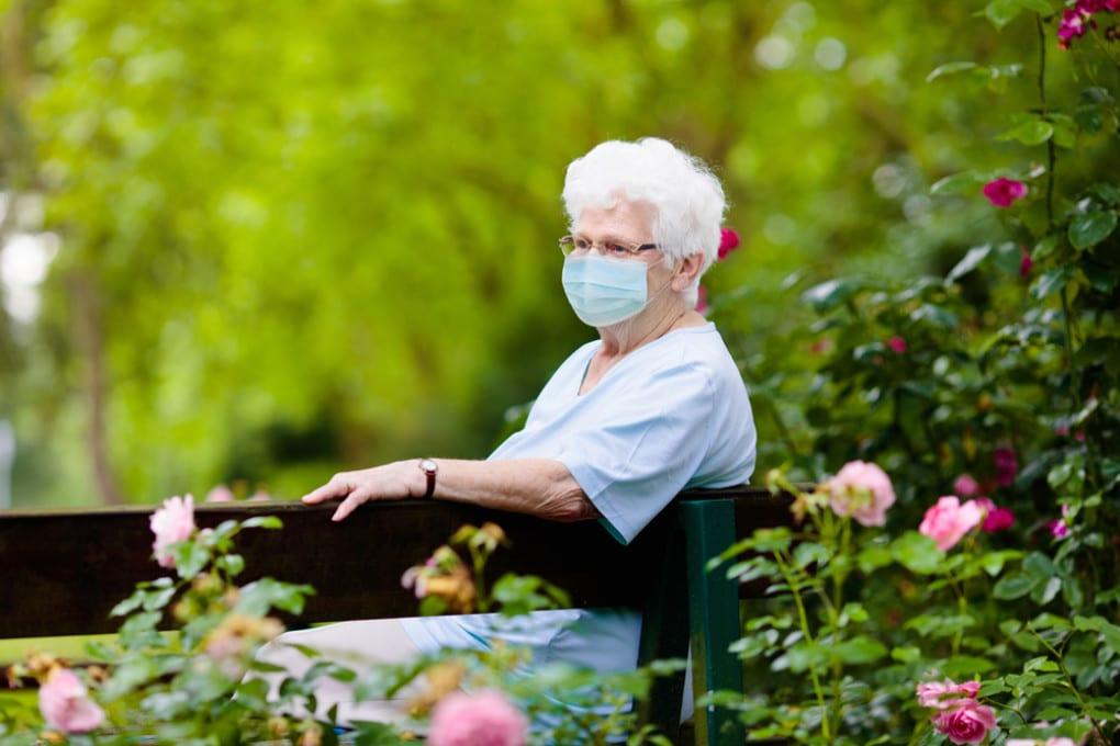 Signora anziana con mascherina