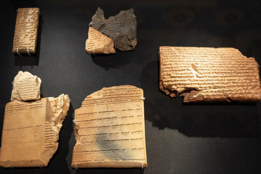 Tavolette di argilla con scrittura cuneiforme assira