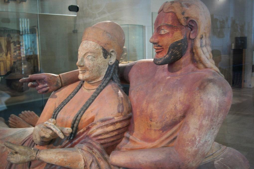 Il sarcofago degli sposi, al Museo del Louvre. Datato al VI secolo a.C., è molto simile a quello conservato al Museo di Villa Giulia (Roma): entrambi sono stati scoperti nella necropoli della Banditaccia, a Cerveteri, segno che fu forse la mano di un unico artista a crearli.
