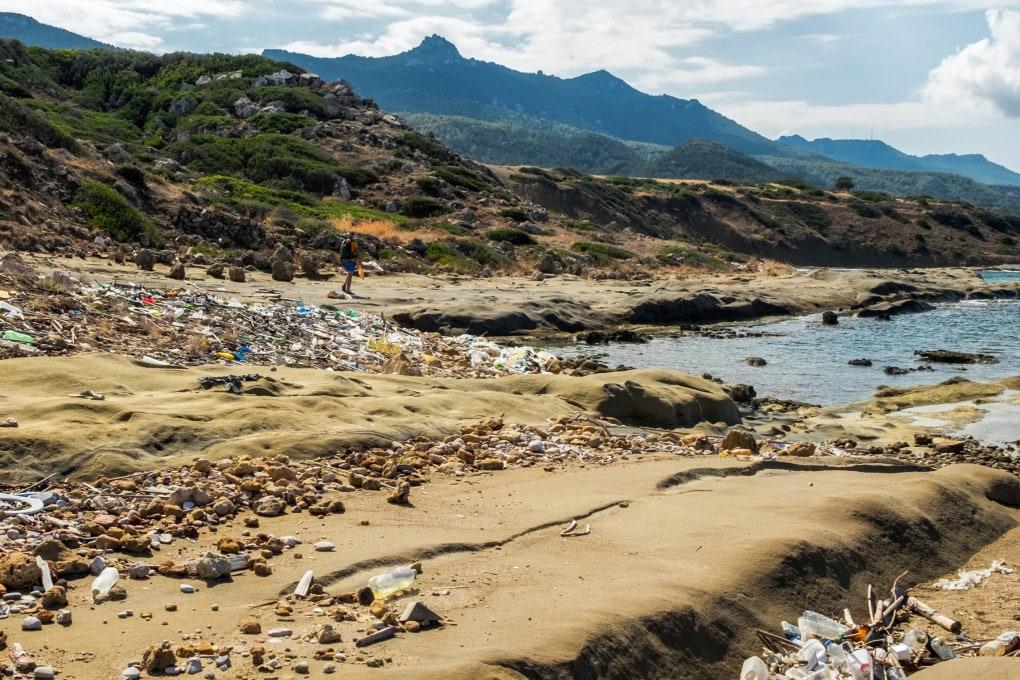 L'immagine di una spiaggia sulla costa settentrionale di Cipro dà un'idea del livello di inquinamento da plastica nel Mediterraneo.