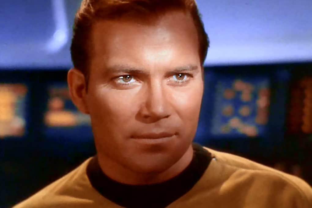 William Shatner nel 1966, nei panni dei James Tiberius Kirk, comandante della nave spaziale USS Enterprise.