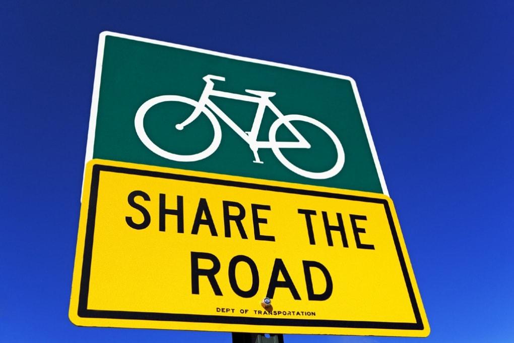 Bici in città: 10 regole per pedalate sicure