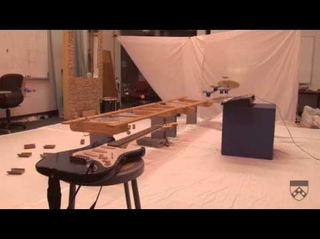 Minielicotteri robot suonano la musica di James Bond