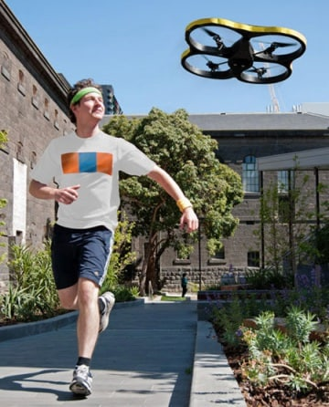 Il drone volante che ti accompagna a fare jogging