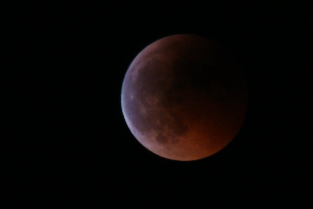 A che cosa è dovuta l'eclissi di luna rossa