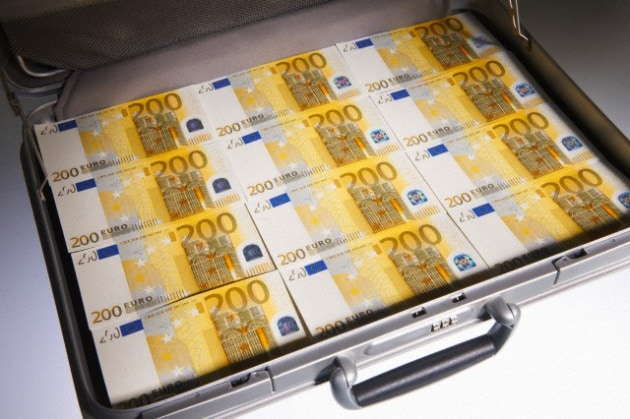 Risultati immagini per valigetta piena di euro